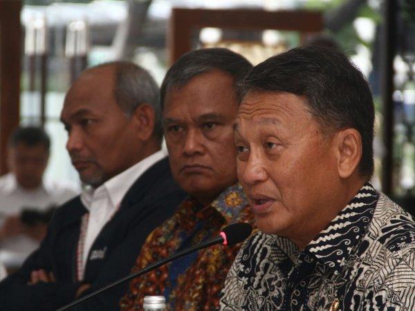 Menteri ESDM Arifin Tasrif (kanan) memaparkan capaian sektor ESDM 2019 dan program kerja 2020 di kantor Kementerian ESDM, Kamis (9/1/2020). - Bisnis/Triawanda Tirta Aditya