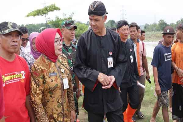 Gubernur Jawa Tengah Ganjar Pranowo (mengenakan baju hitam) saat meninjau Bendungan Glapan Kabupaten Grobogan.