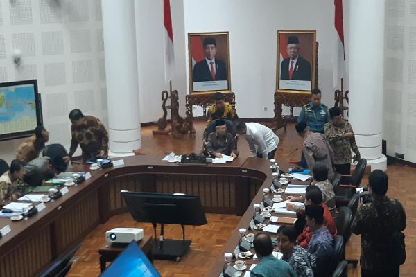 Wakil Presiden Ma'ruf Amin berbincang dengan Menteri Perindustrian Agus Gumiwang sebelum dimulainya rapat terbatas evaluasi pelaksaan UU Jaminan Produk Halal di Kantor Wakil Presiden Jakarta, Kamis (9/1/2020). - Bisnis/Anggara Pernando
