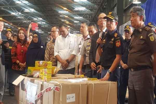 Dirjen Bea Cukai Heru Pambudi (ketiga kanan) saat menggelar konferensi pers atas upaya penggalan penyelundupan barang impor palsu atau tiruan berupa bolpoin merek Standard AE7 Alfa Tip 0.5 dengan total nilai barang yang diperkirakan mencapai Rp1 miliaran, di gudang Terminal Petikemas Surabaya, Kamis (9/1/2020) - Bisnis/Peni Widarti