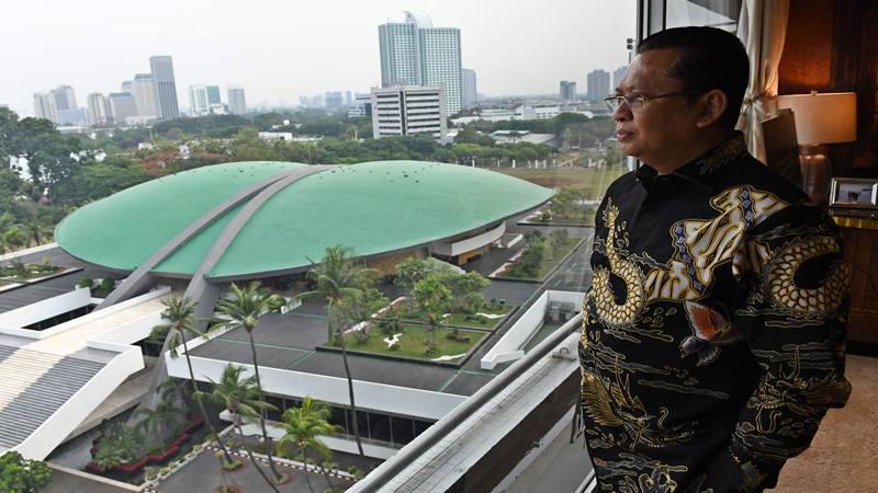 Ketua Majelis Permusyawaratan Rakyat (MPR) Bambang Soesatyo berpose dalam pemotretan usai wawancara khusus untuk Kantor Berita Antara di kompleks Parlemen, Jakarta, Selasa (29/10/2019). - Antara