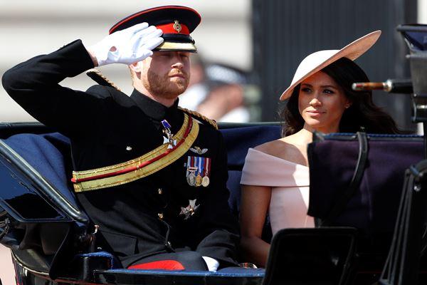 Pangeran Inggris Harry dan Meghan, Duchess of Sussex, ambil bagian dalam pawai Trooping the Color di pusat Kota London, Inggris, 9 Juni 2018. - Reuters