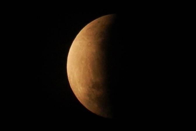 Puncak gerhana bulan sebagian atau parsial sekitar pukul 04:30 WIB terlihat dari Bekasi, Jawa Barat, Rabu (17/7/19). Durasi gerhana bulan sebagian ini dapat diamati selama dua jam dan 58,8 menit dari fase awal hingga fase akhir. - ANTARA/Paramayuda