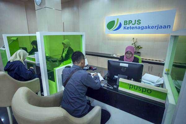 Petugas BPJS Ketenagakerjaan melayani warga. - Antara/Andreas Fitri Atmoko