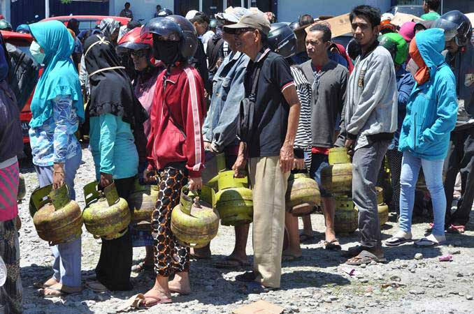 Warga antre membeli elpiji ukuran tiga kilogram bersubsidi dalam operasi pasar di Palu, Sulawesi Tengah, Rabu (8/5/2019). - ANTARA/Mohamad Hamzah