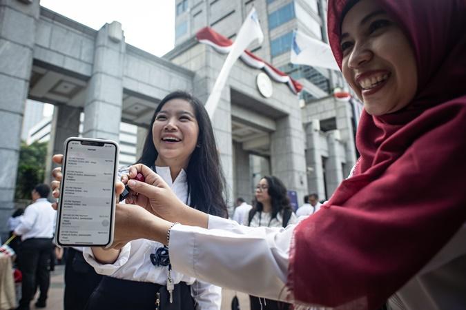 Pegawai Bank Indonesia (BI) menunjukkan bukti transaksi menggunakan peluncuran QR Code Indonesian Standard (QRIS) - ANTARA/Aprillio Akbar