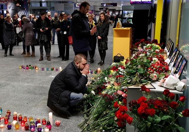 Kerabat anggota awak pesawat Boeing 737-800 Ukraine International Airlines yang jatuh di Iran. Mereka berkabung di Bandara Internasional Boryspil.  -  Reuters