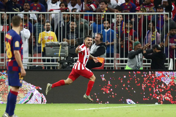 Penyerang Atletico Madrid Angel Correa (kanan) setelah mencetak gol kemenangan timnya ke gawang Barcelona. - Reuters/Sergio Perez