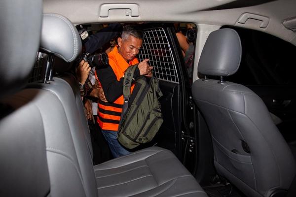 Komisioner KPU Wahyu Setiawan mengenakan rompi tahanan usai menjalani pemeriksaan di gedung KPK, Jakarta, Jumat (10/1/2020) dini hari. - ANTARA FOTO/Dhemas Rev