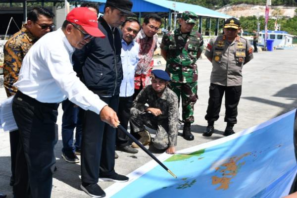 Presiden Jokowi memperhatikan penjelasan tentang peta wilayah perairan Natuna saat berkunjung ke SKPT Selat Lampa, Pelabuhan Perikanan Selat Lampa Natuna. - Setkab