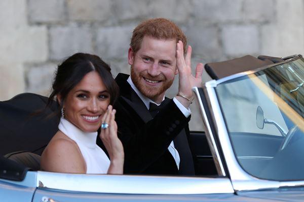 Pasangan baru menikah Duke dan Duchess of Sussex, Meghan Markle dan Pangeran Harry, meninggalkan Kastil Windsor setelah upacara pernikahan untuk menghadiri resepsi di Frogmore House dengan tuan rumah Prince of Wales, Windsor, Inggris, Sabtu (19/5/2018). - Reuters