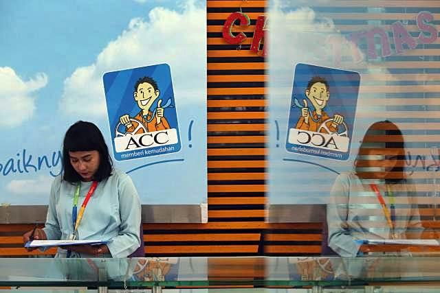 Karyawan beraktivitas di dekat logo PT Astra Credit Companies (ACC) di Jakarta. - Bisnis/Nurul Hidayat
