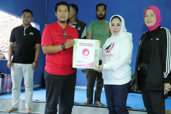 Ketua Umum PPLIPI indah Suryadharma Ali (kedua kanan) didampingi Ketua DPW PPLIPI Banten Neng Siti Zulaiha (kanan) saat menyerahkan bantuan untuk korban banjir bandang di Lebak, banten. - Ist