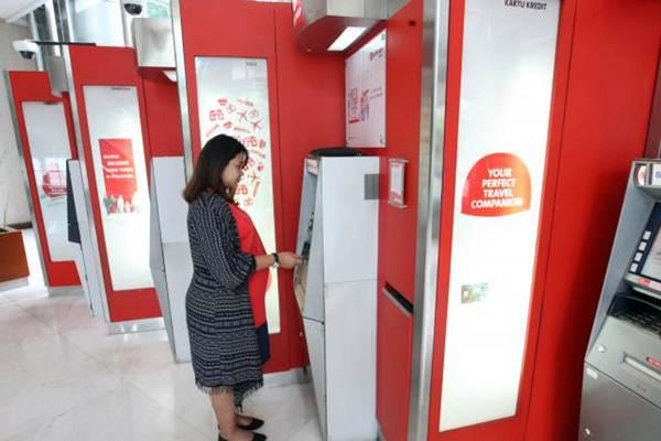 Nasabah melakukan transaksi melalui anjungan tunai mandiri PT Bank OCBC NISP Tbk di Jakarta. - JIBI/Dedi Gunawan