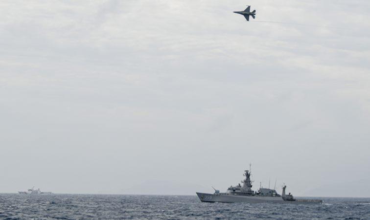 KRI Usman Harun-359 (kanan) bersama KN Pulau Dana-323 dan Pesawat Tempur F16 TNI AU melakukan peran tempur bahaya udara di Laut Natuna, Jumat (10/1/2020). KRI Usman Harun-359 bersama KRI Teuku Umar-385, KRI Sutedi Senoputra-378, dua pesawat tempur F16 dan dua kapal Bakamla, tergabung dalam divisi 2 operasi siaga tempur laut Natuna 2020 untuk melakukan pengendalian wilayah laut, khususnya di Zona Ekonomi Eksklusif (ZEE) laut Natuna Utara. - ANTARA/M Risyal Hidayat