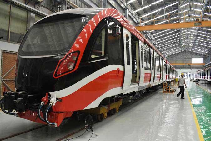 Pekerja menyelesaikan pembuatan kereta Light Rail Transit (LRT) di PT Industri Kereta Api (Inka) Madiun, Jawa Timur, Rabu (10/4/2019). - ANTARA/Siswowidodo