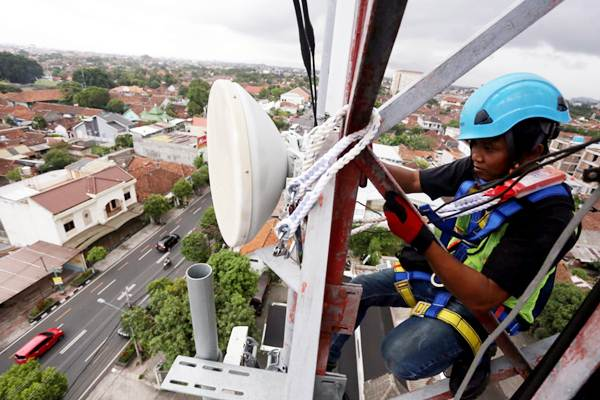 Teknisi PT XL Axiata Tbk melakukan perawatan jaringan di menara Base Transceiver Station (BTS) di Yogyakarta, Sabtu (15/12/2018). - JIBI/Rachman