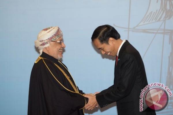 Presiden Joko Widodo (kanan) berbincang dengan Sultan Oman Qaboos bin Said Al Said pada hari ketiga rangkaian KTT IORA ke-20 tahun 2017 di Jakarta Convention Center, Jakarta, Selasa (7/3/2017). - Antara/Rosa Panggabean