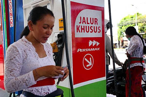 Petugas melayani pembelian bahan bakar minyak di salah satu SPBU di Nusa Dua, Bali, Rabu (10/10/2018). - JIBI/Abdullah Azzam
