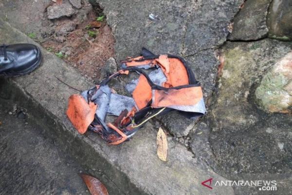 Bom dalam tas yang meledak di depan rumah warga di Desa Padang Serunaian Kabupaten Seluma, Provinsi Bengkulu yang melukai seorang warga. - Antara/Polda Bengkulu