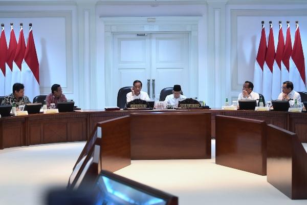 Presiden Joko Widodo (ketiga kiri) didampingi Wakil Presiden Ma'ruf Amin (ketiga kanan) memimpin rapat kabinet terbatas di Kantor Presiden, Jakarta, Senin (6/1/2020). Pada rapat kabinet terbatas tersebut presiden mengajukan tiga usulan dalam menuntaskan persoalan masalah gas untuk industri, salah satunya penghilangan jatah untuk pemerintah. - ANTARA FOTO/Wahyu Putro A