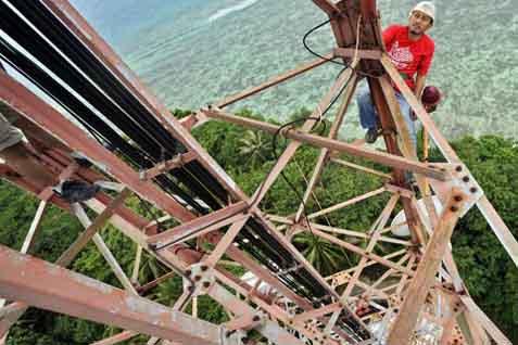 Petugas sedang bekerja di menara Telkomsel - Antara