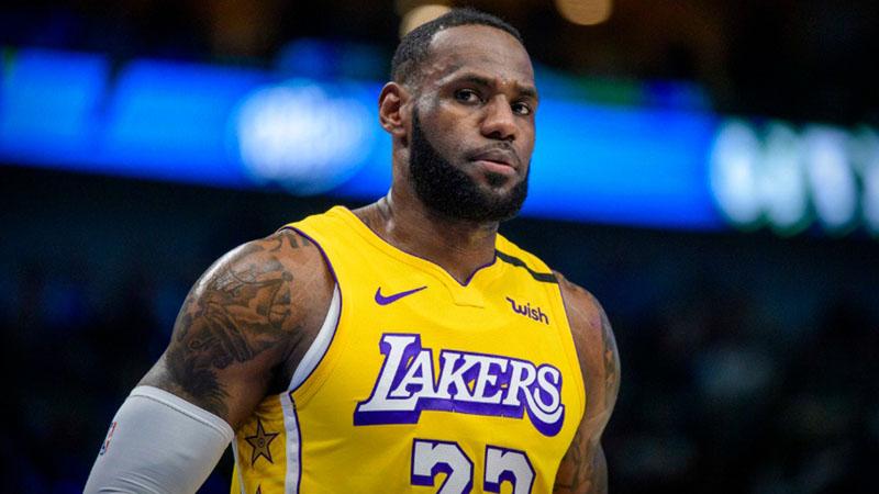 Pebasket andalan LA Lakers LeBron James saat timnya menaklukkan Dallas Mavericks. - Reuters