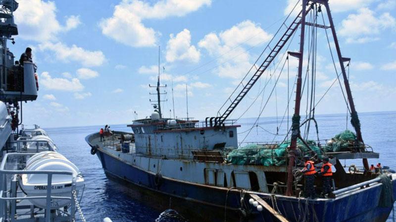 KRI Imam Bonjol (kiri) memeriksa kapal nelayan berbendera China, Han Tan Chou (kanan), di perairan Natuna, 17 Juni 2016. - Reuters