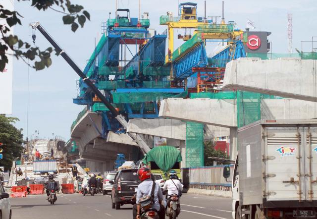 Pekerja mengerjakan proyek pembangunan jalan tol layang di Makassar, Sulawesi Selatan, Jumat (10/1/2020). - Bisnis/Paulus Tandi Bone