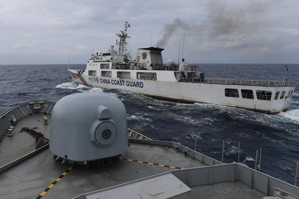 Kapal Coast Guard China-5302 memotong haluan KRI Usman Harun-359 pada jarak 60 yards (sekitar 55 meter) saat melaksanakan patroli mendekati kapal nelayan pukat China yang melakukan penangkapan ikan di ZEE Indonesia Utara Pulau Natuna, Sabtu (11/1/2020). Dalam patroli tersebut KRI Usman Harun-359 bersama KRI Jhon Lie-358 dan KRI Karel Satsuitubun-356 melakukan patroli dan bertemu enam kapal Coast Guard China, satu kapal pengawas perikanan China, dan 49 kapal nelayan pukat asing. - Antara/M Risyal Hidayat