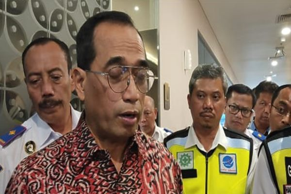 Menteri Perhubungan Budi Karya Sumadi saat memberikan keterangan kepada wartawan di Semarang.