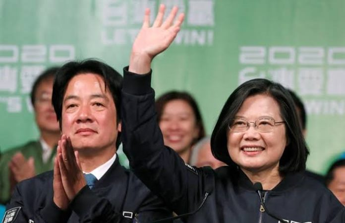 Presiden Taiwan Tsai Ing-wen dan Wakil Presiden terpilih William Lai yang berkuasa melambai kepada para pendukung mereka setelah kemenangan pemilihan mereka di sebuah rapat umum, di luar markas Partai Progresif Demokratik (DPP) di Taipei, Taiwan 11 Januari 2020. -  REUTERS / Tyrone Siu