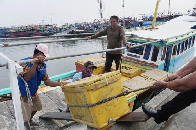 Nelayan melakukan aktivitasnya - Bisnis/Himawan L. Nugraha