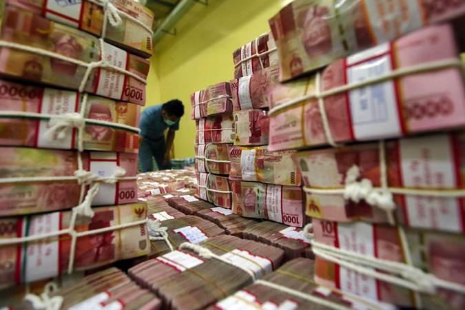 Karyawan menata uang rupiah . - Bisnis/Abdullah Azzam