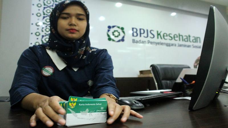 Petugas menata sejumlah kartu peserta BPJS Kesehatan - Antara