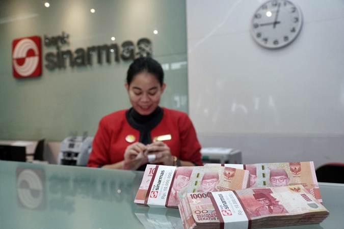 Karyawati beraktivitas di salah satu kantor cabang Bank Sinarmas, di Jakarta, Senin (22/7/2019). - Bisnis/Himawan L Nugraha