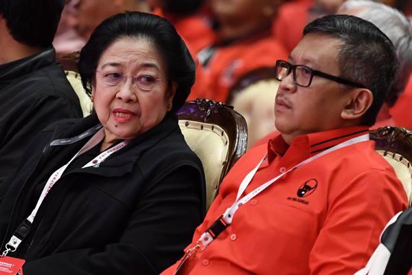 Ketua Umum Partai Demokrasi Indonesia Perjuangan (PDIP) Megawati Soekarnoputri (kiri) berbincang dengan Sekjen PDIP Hasto Kristiyanto di sela penutupan Rapat Kerja Nasional (Rakernas) I PDIP di Jakarta, Minggu (12/1/2020). Selain menargetkan memenangkan di 60 persen wilayah yang menggelar Pilkada serentak pada 2020, Rakernas ini juga menghasilkan rekomendasi, di antaranya komitmen PDIP dalam membumikan ideologi Pancasila, menjaga NKRI dan kebinekaan, kedaulatan wilayah serta ekonomi. - Antara