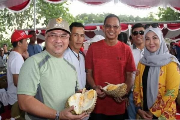 Gubernur Kepulauan Bangka Belitung, Erzaldi Rosman Djohan (kiri) didampingi Ketua TP PKK Kepulauan Babel, Melati Erzaldi (kanan) saat menghadiri kontes durian di Pangkalpinang, Sabtu (11/1/2020). - Antara