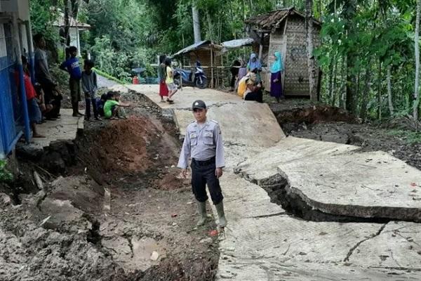 Jalan desa sepanjang 100 meter di Kampung Bojongkasih, Desa Sindangsari, Kecamatan Kadupandak, Cianjur, Jawa Barat, amblas, akibat pergerakan tanah sehingga aktifitas warga terhambat, Minggu (12/1/2020). - Antara
