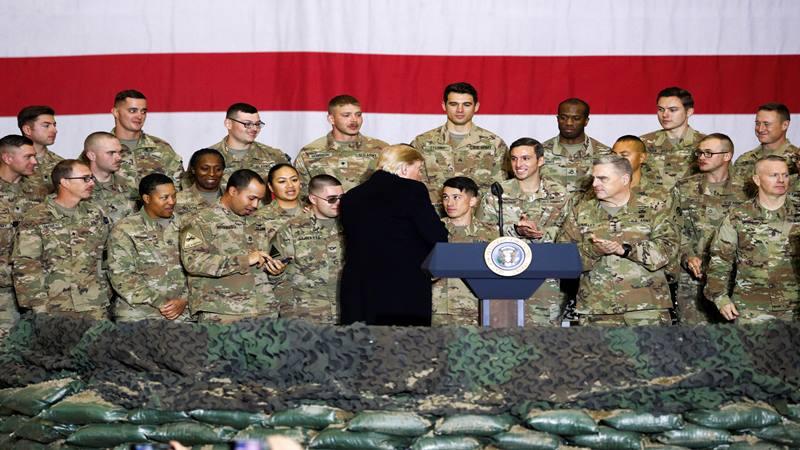 Personel militer AS menyambut Presiden AS Donald Trump setelah sambutannya kepada pasukan AS dalam kunjungan mendadak ke Pangkalan Udara Bagram, Afghanistan, 28 November 2019. - Reuters