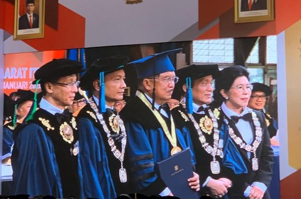 Jusuf Kalla (tengah) meraih gelar Doktor Kehormatan di bidang produktivitas dari ITB - Bisnis/Novianti