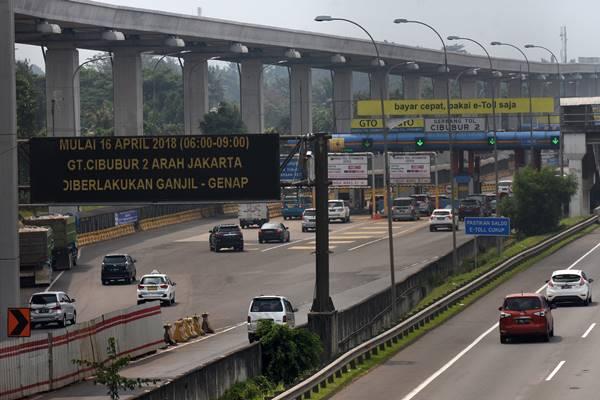 Sejumlah kendaraan melaju di Gerbang Tol Cibubur 2 Tol Jagorawi di Jakarta, Minggu (15/4). Badan Pengelola Transportasi Jabodetabek (BPTJ) Kementerian Perhubungan akan menerapkan uji coba ganjil-genap di Tol Jagorawi pada gerbang tol Cibubur 2 arah Jakarta yang dimulai pada Senin (16/4) pukul 06.00-09.00 WIB untuk membantu mengurai kemacetan. - Antara