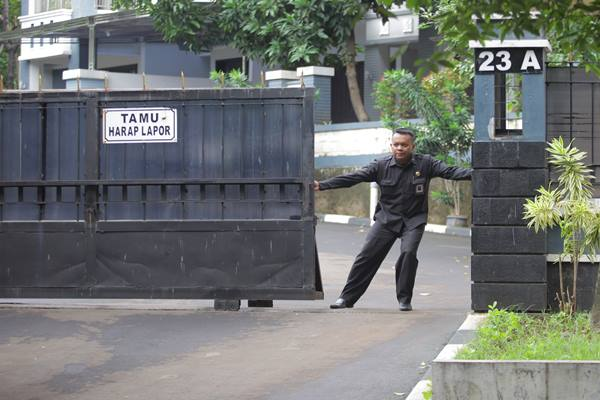 Petugas keamanan menjaga kompleks rumah dinas Komisioner Komisi Pemilihan Umum ( KPU) di Jalan Siaga Raya, Pejaten, Jakarta, Kamis (9/1/2020). Selain menyegel ruang kerja di gedung KPU, KPK juga menyegel rumah dinas komisioner Wahyu Setiawan yang terjaring operasi tangkap tangan yang terletak di kawasan Pejaten tersebut. - Antara