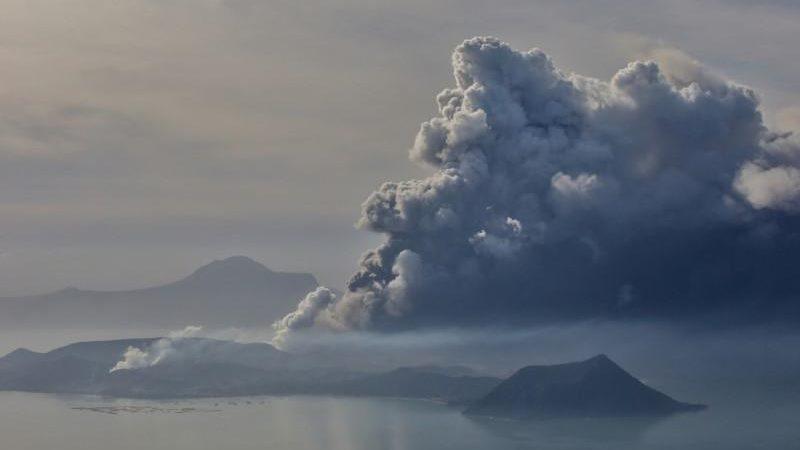 Erupsi gunung Taal terlihat dari Kota Tagaytay di Filipina, 13 Januari 2020. - Eloisa Lopez/Reuters