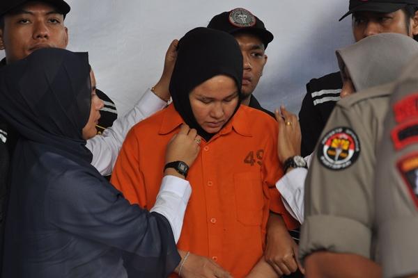Tersangka kasus pembunuhan Hakim Pengadilan Negeri (PN) Medan, Zuraida Hanum (tengah) yang juga istri korban dihadirkan polisi ketika gelar kasus di Mapolda Sumatera Utara, Medan, Sumatera Utara, Rabu (8/1/2020). Polda Sumatera Utara menetapkan tiga tersangka atas kasus dugaan pembunuhan berencana seorang hakim PN Medan tersebut dan satu dari tiga tersangka itu merupakan istri korban yang menjadi otak pembunuhan dengan motif karena permasalahan rumah tangga. - ANTARA FOTO/Septianda Perdana