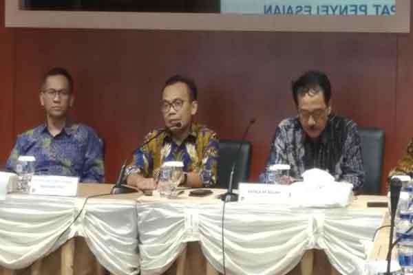 Sekretaris Kemenko Bidang Perekonomian, Susiwijono (tengah) - Bisnis