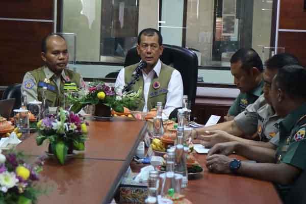 Kepala BNPB Doni Monardo (tengah) didampingi Kalaksa BPBD Bali I Made Rentin, (kiri). Doni mengunjungi Kantor BPBD Bali untuk mengetahui kesiapsiagaan BPBD menghadapi bencana sekaligus memberikan arahan, Senin (13/1 - 2020)