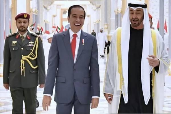 Keakraban antara Presiden Jokowi dengan Putra Mahkota Mohamed Bin Zayed di Istana Qasr Al Watan. - Antara