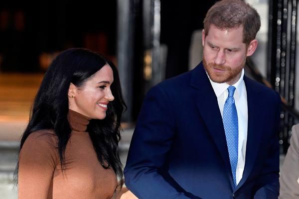 Pangeran Inggris Harry dan istrinya Meghan, Duchess of Sussex, meninggalkan Canada House di London, Inggris 7 Januari 2020. - Reuters