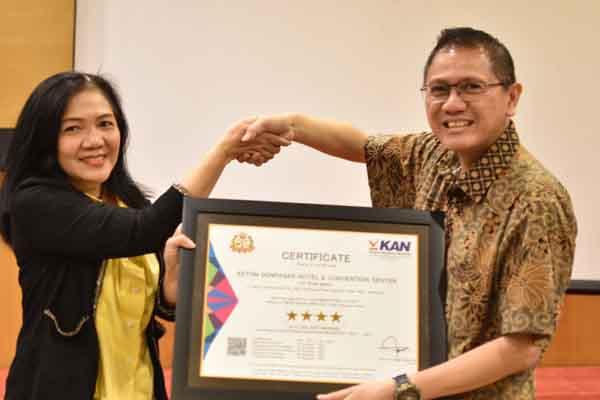 Liliyanti Suharti, Marketing Executive PT QIS (kiri) memberikan bukti sertifikasi kepada Sony Bambang Suryo, GM Aston Denpasar Hotel & Convention Center